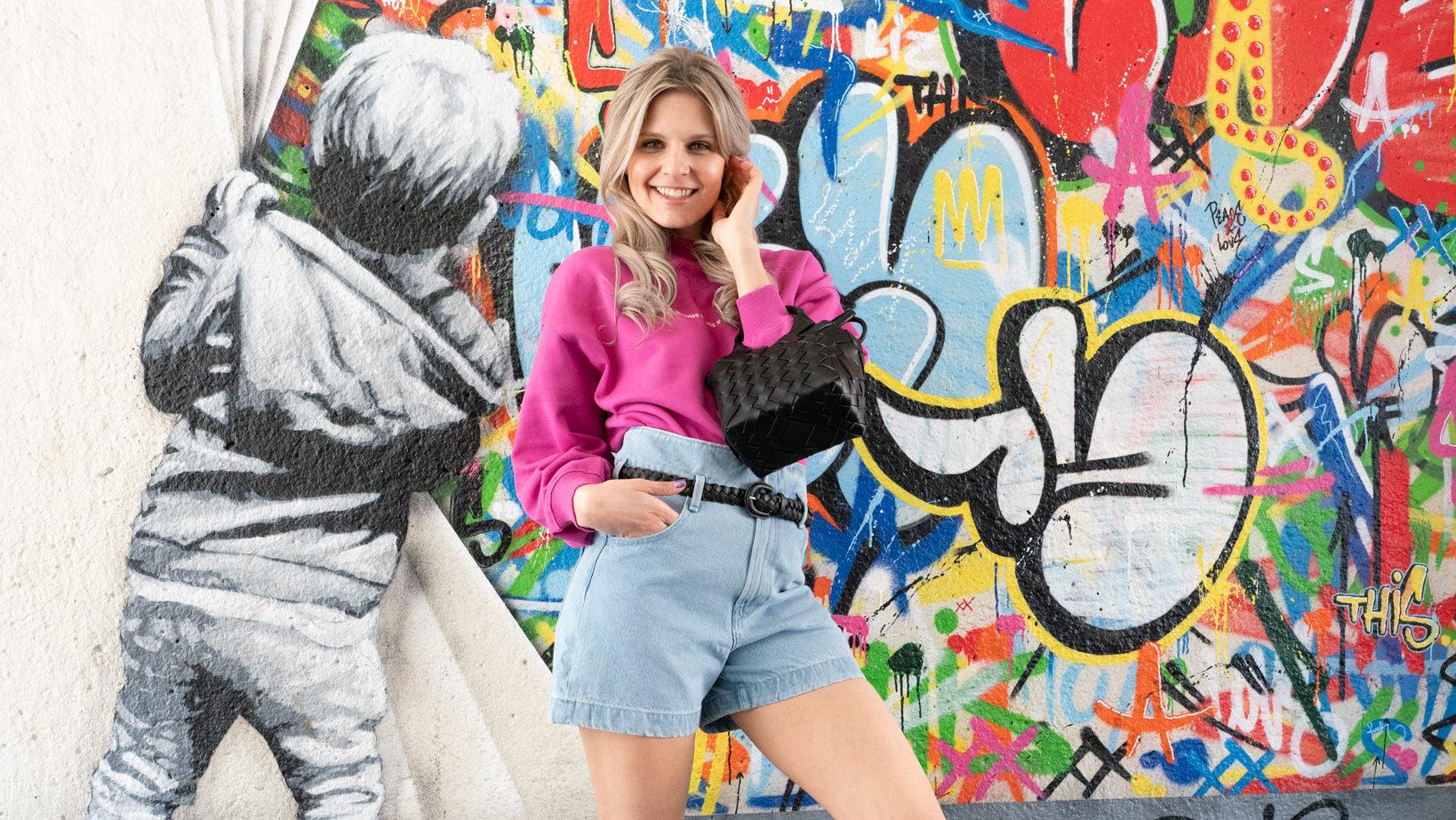 Vårens IT-antrekk fra Haben. Rosa genser og lys denimshorts. Sort tilbehør rocker opp den ellers søte outfiten.